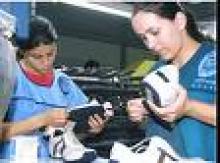 Giovani lavorando nel settore calzaturiero