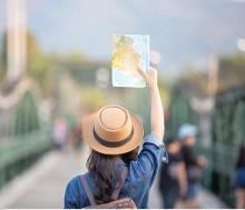 donna in viaggio con mappa